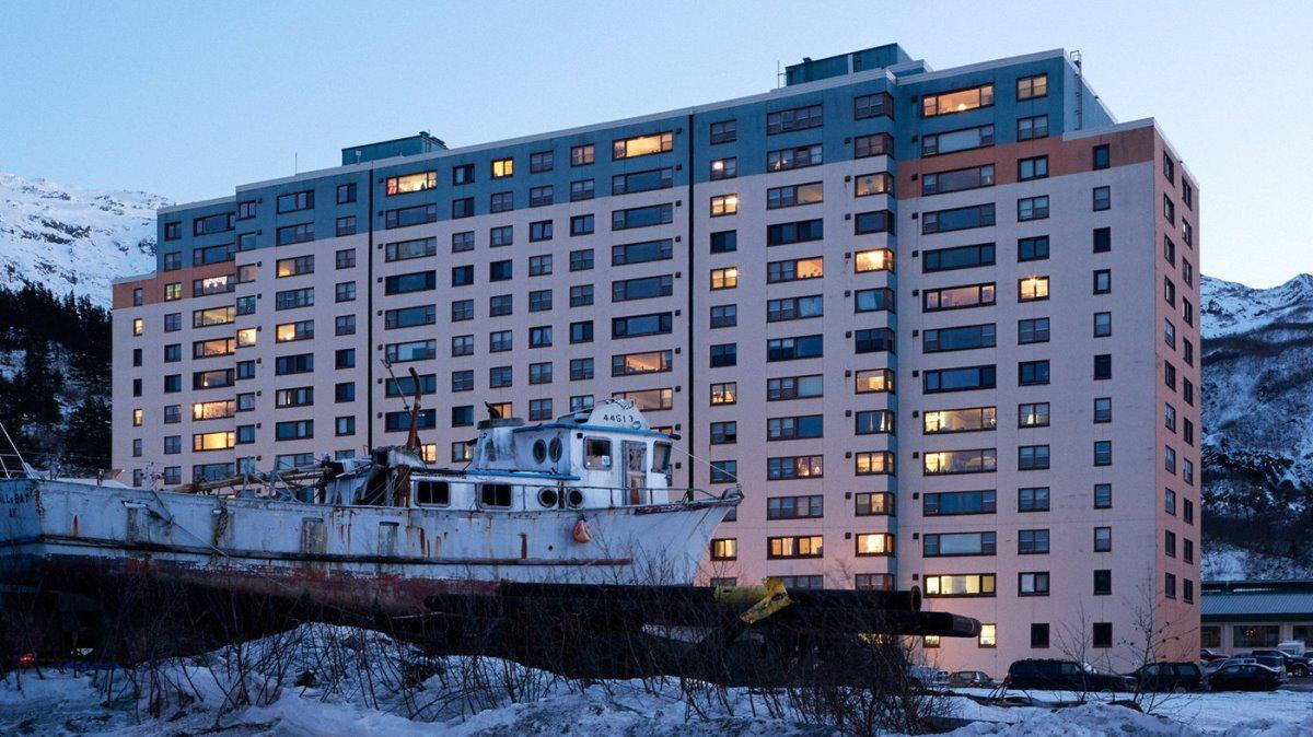 κτήριο Whittier Αλάσκα φωτισμένο τη νύχτα