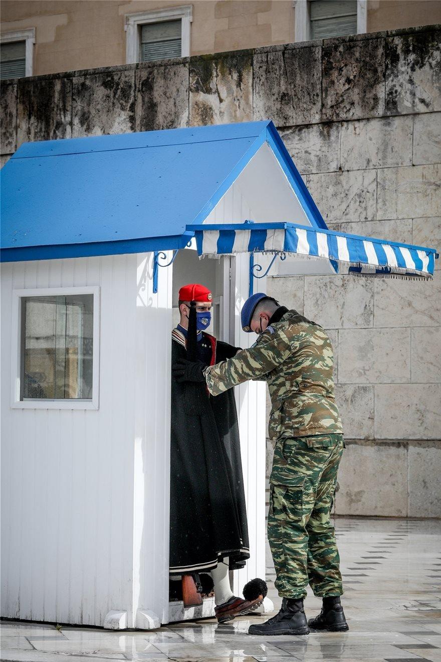 Μήδεια: Οι Έυζωνες φόρεσαν τις κάπες, λόγω του τσουχτερού κρύου