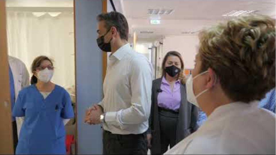 Κ. Μητσοτάκης - Επίσκεψη σε εμβολιαστικό κέντρο της Ραφήνας